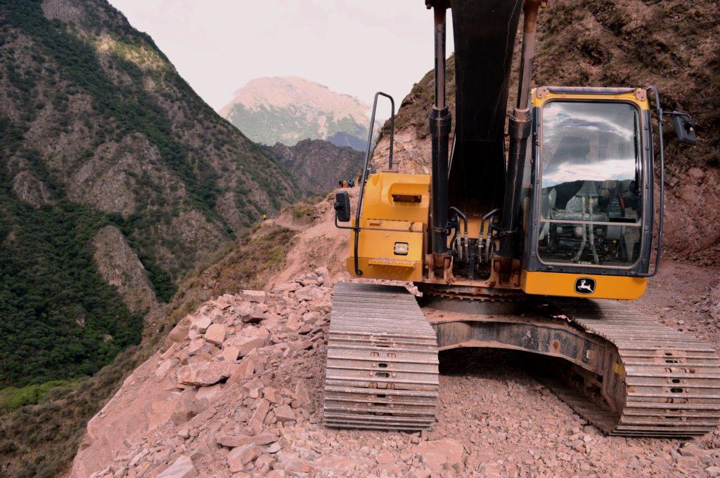 Maquinaria de la DPV construyendo el camino Santa Ana - Valle Colorado.